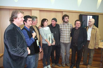 De izquierda a derecha: Lluís Gendrau, Ismael Inarejos, Costa, Clara Andrés, Lluís Llach, Roger Mas, Ramon Muntaner y Lluís Marrasé. &copy Xavier Pintanel