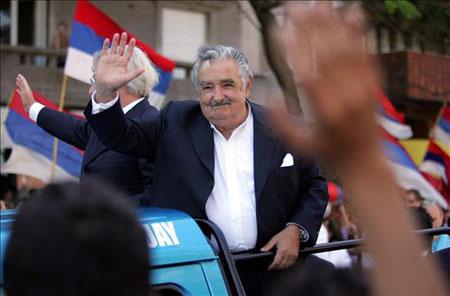 José Mújica asume la presidencia del Uruguay cantando a dúo con Los  Olimareños