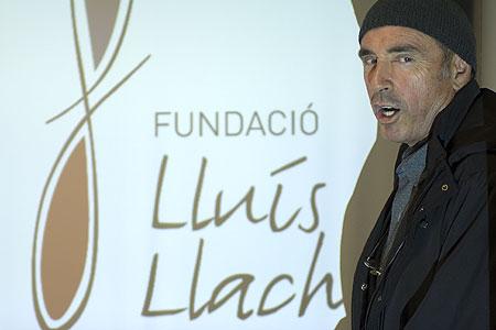 Lluís Llach delante del logotipo de su Fundación © Xavier Pintanel