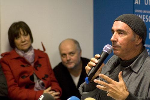 Lluís Llach en el acto de presentación de la Fundación bajo la mirada atenta de dos de sus patrones, Laura Almerich y Andréas Claus. © Xavier Pintanel