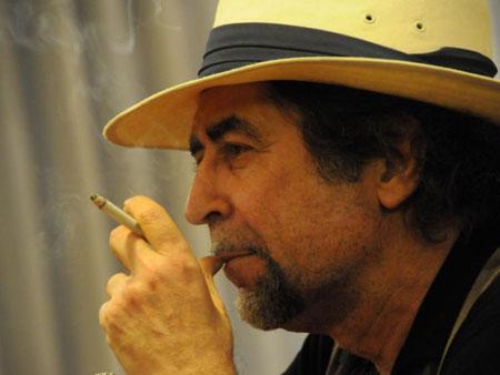 Joaquín Sabina fumando el cigarrillo de la discordia.