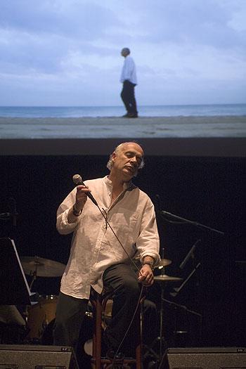 Joan Isaac en l'Auditori de Barcelona ante una fotografía de Juan Miguel Morales. © Xavier Pintanel