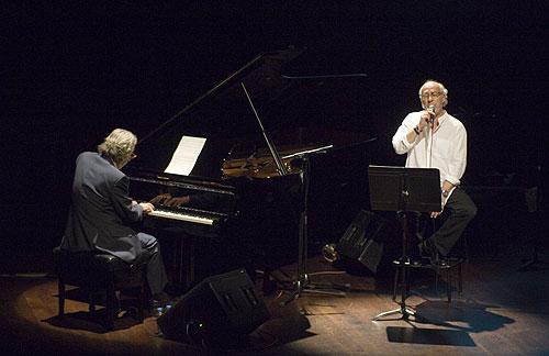 Joan Isaac acompañado por una leyenda del piano: Francesc Burrull. © Xavier Pintanel