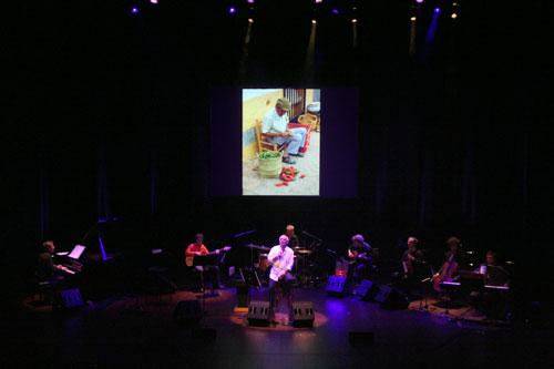 Joan Isaac y su grupo en l'Auditori de Barcelona. © Xavier Pintanel