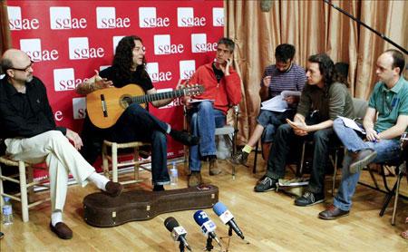 El músico almeriense Tomatito durante la clase magistral que impartió hoy dentro de las actividades formativas de la Fundación Autor de la SGAE, en Madrid. © EFE