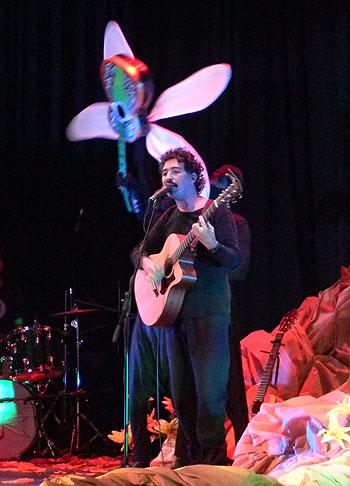 Manuel García ante su «guitarra-libélula». © Víctor Tapia
