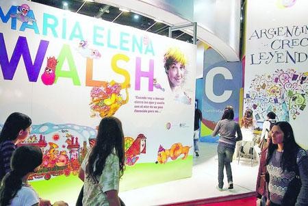 Homenaje a María Elena Walsh en el marco de la 37ª Feria Internacional del Libro en Buenos Aires.