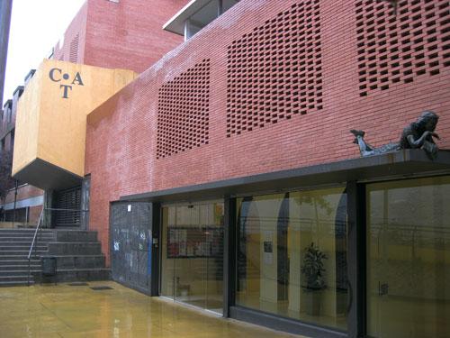 Aspecto actual de la fachada del C.A.T. con la estatua de Ana Frank observando desde la marquesina en la plaza que lleva el nombre de niña judía mundialmente conocida por su diario. © Andrea Moliner