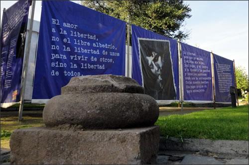 Detalle de la exposición «Víctor Jara canta al mundo» en el Parque por la Paz Villa Grimaldi.