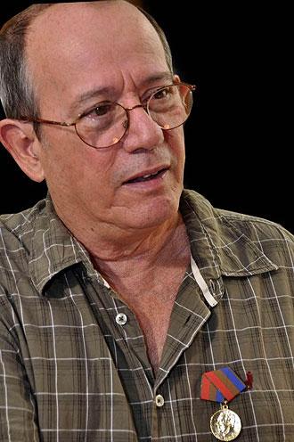 Silvio Rodríguez luciendo orgullo la medalla «Félix Elmuza» por la contribución que está haciendo al periodismo.