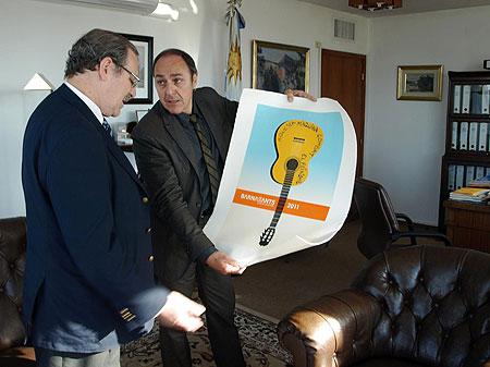 Pere Camps, director del BarnaSants, entregándole al Ministro de Cultural de la República Oriental del Uruguay Ricardo Ehrlich, una serigrafía basada en la fotografía de Juan Miguel Morales que sirvió de base para el cartel del Festival de este año.