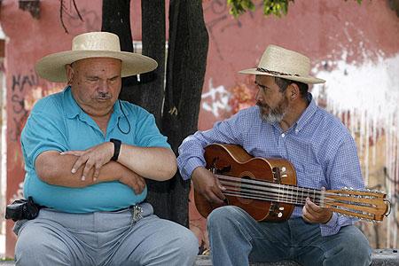 Santos Rubio junto a su hermano menor, Alfonso, ambos payadores y guitarroneros, en una de las últimas fotografías juntos que se conocen. Fue tomada en Pirque en 2008. © Claudio Vera/EMOL
