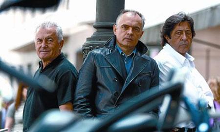 De izquierda a derecha, el cantante Víctor Manuel, el compositor Sabino Méndez y el cineasta Manuel Gómez Pereira, el pasado martes en Madrid. © Agustín Catalán