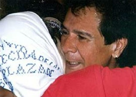 Hebe de Bonafini abrazando a Víctor Heredia.