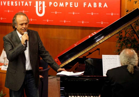 Serrat, durante su acto de investidura en la UPF cantando «Seria fantàstic» acompañado al piano por Josep Mas Kitflus. © Antonio Moreno