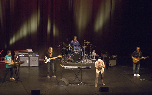 John Mayall con su nueva banda. © Xavier Pintanel