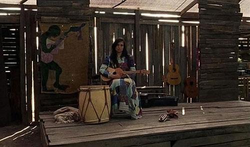 Fotograma de la película «Violeta se fue a los cielos» con Francisca Gavilán en el papel de Violeta Parra.