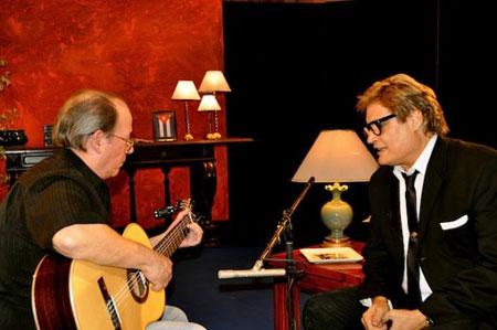 Silvio Rodríguez y Amaury Pérez cantando «Con dos que se quieran» en el programa de televisión homónimo. © Petí