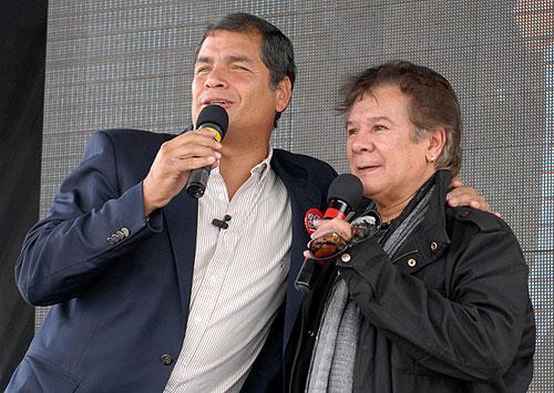 El Presidente de Ecuador, Rafael Correa, con Víctor Heredia. © Prensa Presidencia de Ecuador