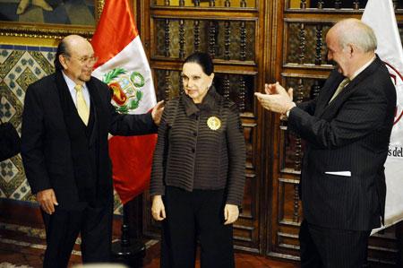 El Canciller peruano José Antonio García Belaunde, condecoró con la «Orden del Sol del Perú» en el grado de Gran Oficial a la compositora e intérprete Alicia Maguiña. © ANDINA/Oscar Durand