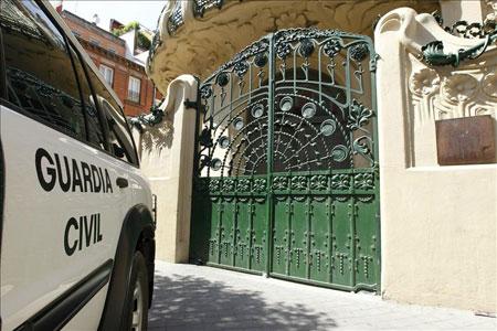 La guardia civil ante la sede de la SGAE.