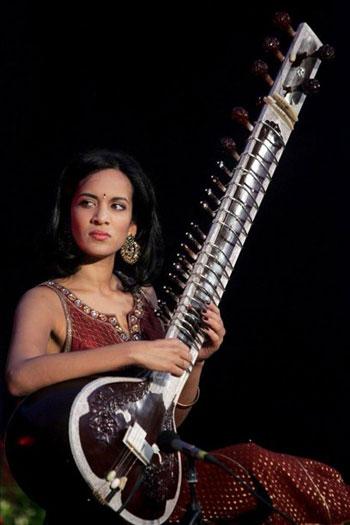 Anoushka Shankar, hija del músico indio Ravi Shankar, durante una actuación. © EFE
