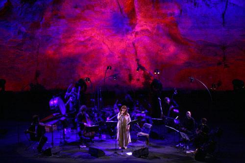 Maria del Mar Bonet interpretando «El Cant de la Sibil·la» en el Teatre Grec de Barcelona. © Xavier Pintanel