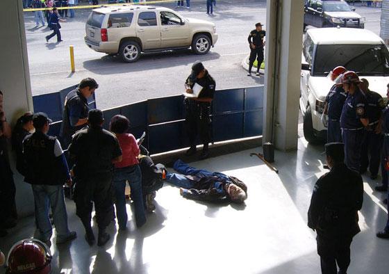 El cuerpo sin vida del trovador argentino Facundo Cabral yace en el suelo de la estación de bomberos. © Bomberos Municipales de Guatemala