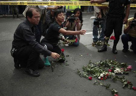 Flores en el lugar donde se produjo el terrible asesinato. © REUTERS