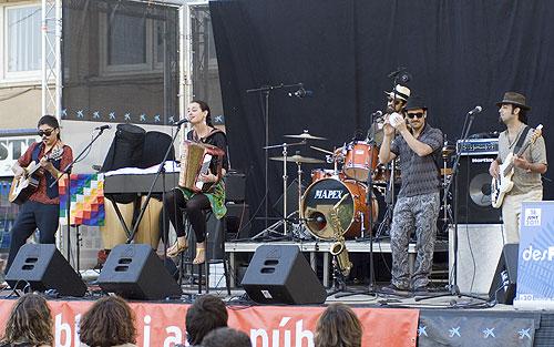 Pascuala Ilabaca con su grupo Fauna en el Festival desFOLCa't de Calaf, su primer concierto en Europa. © Xavier Pintanel