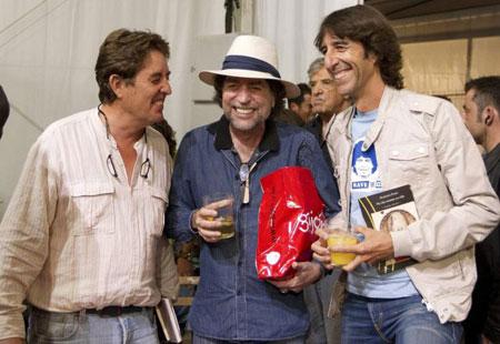 De izquierda a derecha Luis García Montero, Joaquín Sabina y Benjamín Pardo en la Semana Negra de Gijón.