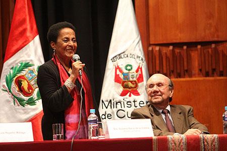 Ministra de Cultura, Susana Baca, durante la presentación en el cargo, junto al titular saliente Juan Ossio. © Ministerio de Cultura del Perú