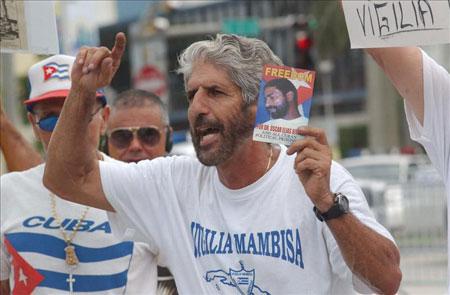 Exiliados cubanos protestan por el concierto de Pablo Milanés en Miami. © EPA