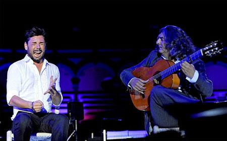 Miguel Poveda acompañado a la guitarra por Manuel Moreno Junquera «Moraíto Chico»  © Maxi del Campo