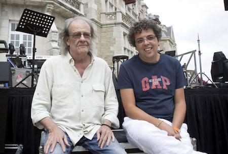 Luis Eduardo Aute y Pedro Guerra en la fachada Sur del Palacio de La Magdalena.