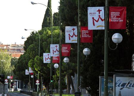 Las calles de Madrid anuncian la visita del Papa.
