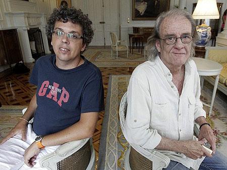 Los cantautores Luis Eduardo Aute y Pedro Guerra posan en el Palacio de La Magdalena, sede de la Universidad Internacional Menéndez Pelayo de Santander. © Esteban Cobo/EFE