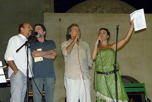 Javier Ruibal, Joaquín sabina, Joan Manuel Serrat e Inma Mora cantando «La poesía es un arma cargada de futuro», poema de Gabriel Celaya musicado por Paco Ibáñez.