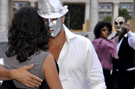 Varias parejas bailan un tango clandestino en el patio central del Palacio Real en París.  © EFE