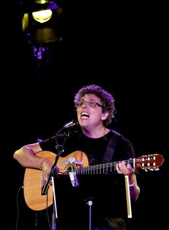 Pedro Guerra, durante su actuación en el 57 Festival de Mérida, ofreciendo su recital «Hijas de Eva». © EFE