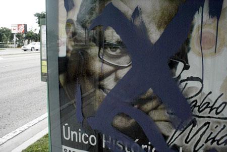 Un afiche en el barrio de Kendall de Miami del 13 de agosto 2011, promociona el concierto de Pablo MIlanés. © Manuel Rueda/REUTERS