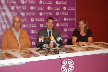 De izquierda a derecha: Elfidio Alonso, director de los Sabandeños; Fernando Clavijo, Alcalde de La Laguna y Julia Dorta, concejal en funciones de Fiestas.
