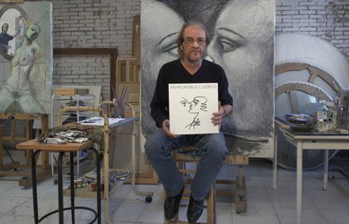 Luis Eduardo Aute sosteniendo un ejemplar de «Memorable cuerpo». © Juanlu Vela