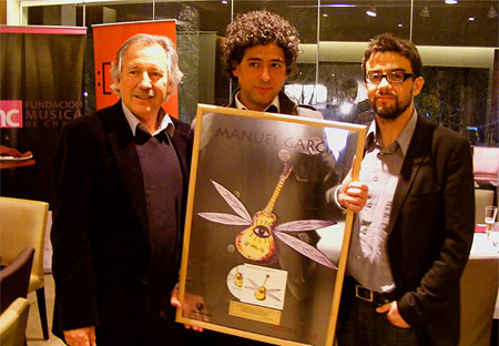 Manuel García recibiendo el disco de oro por su álbum «S/T» de manos de Alejandro Guarello (izquierda). © Cortesía Oveja Negra
