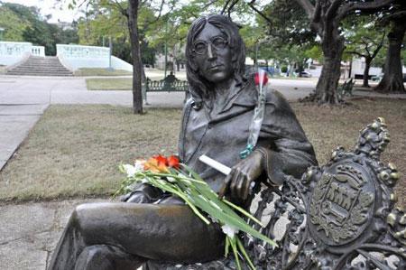Estatua de John Lennon, obra del cubano José Villa, ubicada en el Parque John Lennon de El Vedado en la Habana.