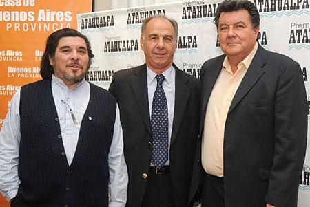 De izquierda a derecha: Fabián Mathus, hijo de Mercedes Sosa; Juan Carlos D'Amico, presidente del Instituto Cultural y Roberto «Coya» Chavero, hijo de Atahualpa Yupanqui.