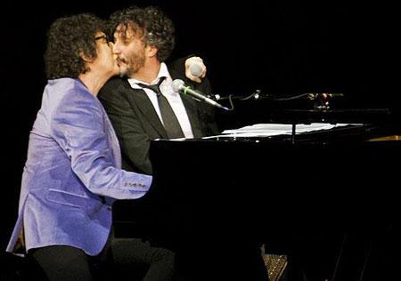 Charly García y Fito Páez se besan en el Gran Rex de Buenos Aires.