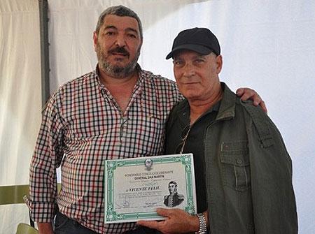 Juan Callegher, Presidente del HCD, entrega a Vicente Feliú una distinción. © HCD