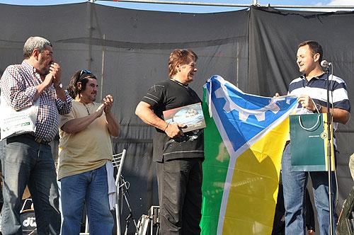 Juan Callegher, Presidente del HCD; Fabián Matus, hijo de Mercedes Sosa; Víctor Heredia y Daniel Ivoskus, Secretario de Gobierno de la Municipalidad; en el momento de la entrega al trovador de la bandera del partido General San Martín.  © HCD