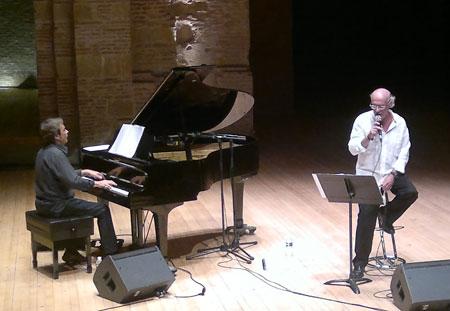 Joan Isaac acompañado al piano por Enric Colomer en Tolouse. © Imma Hernández